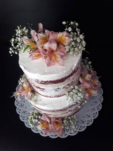 Naked Cake de Red Velvet semi espatulado e flores. R$69,90 kg