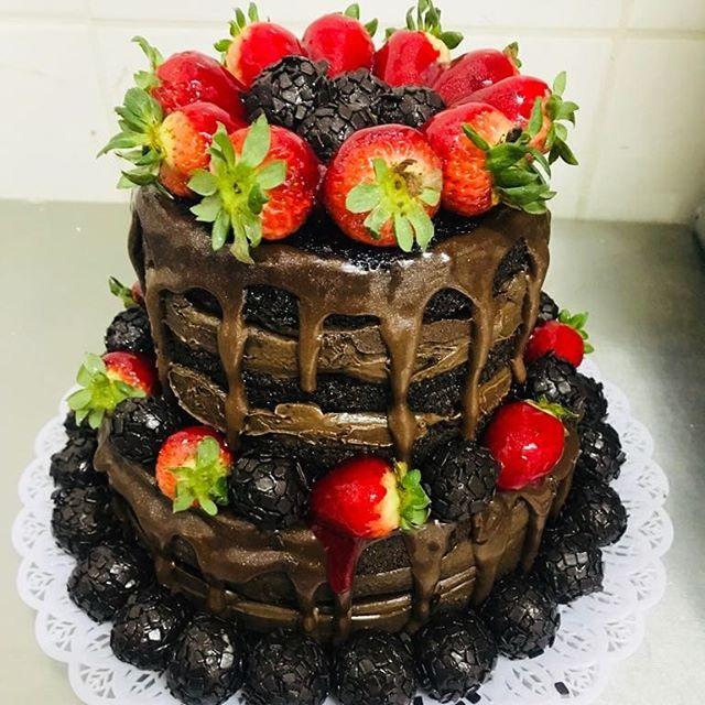 Naked Cake de chocolate com morangos e brigadeiros R$ 69,90kg